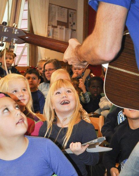 – Vi skal rocke helt til det blir natt, så barna i Møllenhof barnehage etter at Plopp hadde spilt for dem.