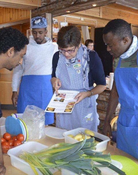 Deler kunnskap: Reidun S. Hauger fra bygdekvinnelaget lærte beboerne å lage sunn og god mat sist uke.
