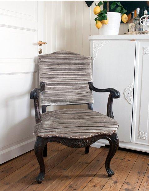 Hjemme i stuen har Lene flere gamle møbler som har fått ny drakt. Mange av disse møblene er loppefunn fra distriktet.
