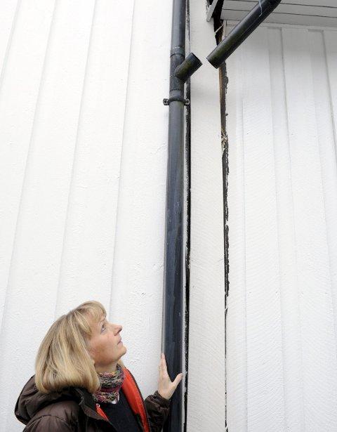 SPREKKER OPP: Huset til Anne Margith Tybring Hansen i Dølebakken har fått alvorlige setningsskader. Her går veggene fra hverandre på utsiden. Alle foto: Per Langevei