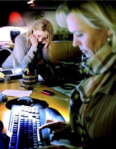 Det blir mange telefoner i løpet av en kveld. Alt skal loggføres.