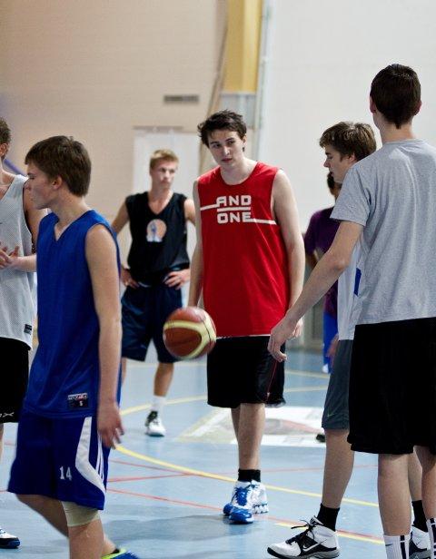 Vikersund-gutten Eivind Scheen er to meter høy. Det er en fordel når du vil bli god i basketball.