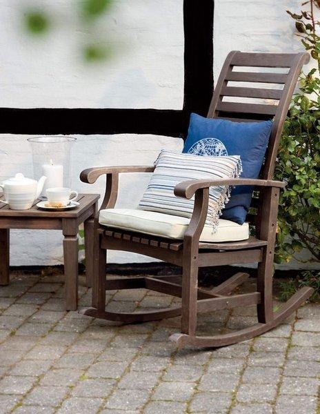 GYNG I HAGEN: Gyngestolene er tilbake, nå også som hagemøbler. Denne robuste stolen er fra Bohus.