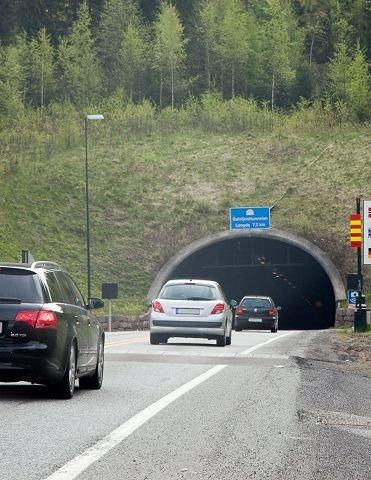 FULL RULLE: Biltrafikken er tilbake til de høye tallene før brannen i fjor sommer. Men fortsatt henger mye gjeld igjen, og tunnelen blir neppe nedbetalt før om over ett år.