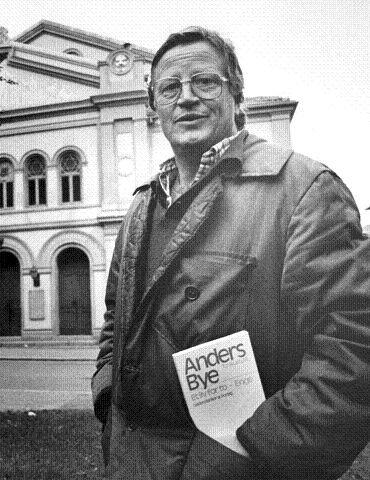 SUKSESS. Anders Bye opplevde både suksess og fiasko med det lokalhistoriske stykket «Enge». Her poserer han foran Drammens teater i 1982.  FOTO: THOR EGIL TJUGUM