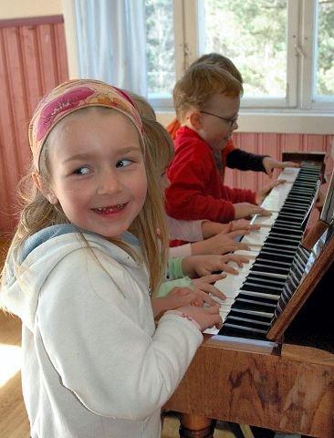 <b>TAR DET PIANO.</b> Natalia Kudiacz, Linn Tamara Øygard, Tuva Lund Øksnes, Theo Johan Rikartsen og Joakim Simonsen Opsal klunker fornøyd på pianoet.