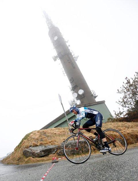 De fleste haugesundere har et forhold til Steinsfjellet, men kun de tøffeste gir full gass fra bunn til topp på sykkel i regn og vind. Her krysser Alf Inge Haug mållinja til en femteplass.