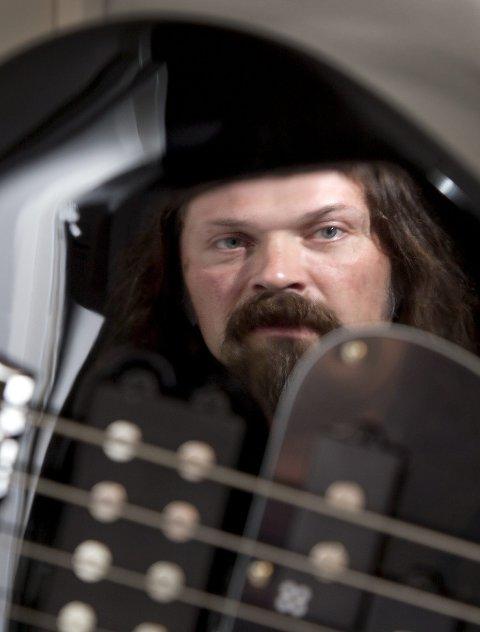 ELEKTRO: Henning lover synther, looper og teknologi med solomaterialet sitt.FOTO: BJØRN V. SANDNESS