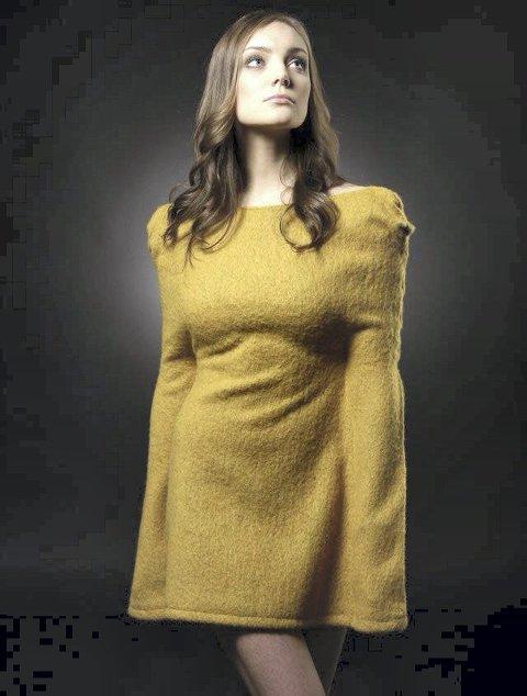 FANGET: Her den armeløse kjolen. «Fanget av fashion», var ideen til Rebeca. Hva du får gjort med kjolen på? – Ikke en dritt, ifølge designeren selv. FOTO: PRIVAT