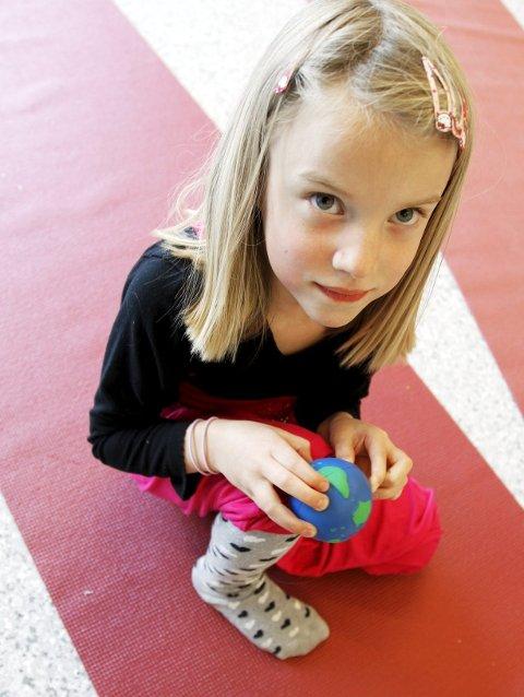 JORDKLODEN: Eva Damberg Reistad har jordkloden i hendene og kan velge seg et dyr.