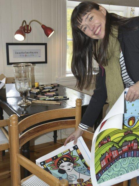 Valg: Gry Dørnberg Olsen må velge ut hvilke av bildene som skal inngå i utstillingen.