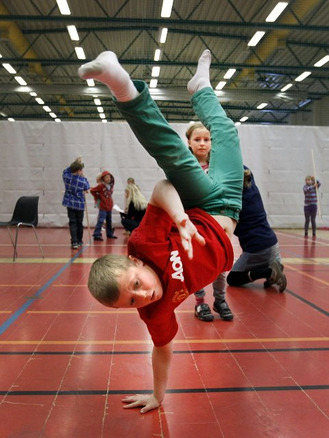 Andreas Bjørgum Aas driver vanligvis med breakdans og er en spretten gutt. Det kan komme godt med i hallingen.  ALLE FOTO:  BJØRN V. SANDNESS