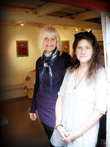 Hjerterom  og husrom  I Galleri Stallen ønsker Marit Eide Rosendal (t.v.)  og Diane Haft  velkommen. Foto: Marthe Nøklebye Dehli