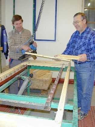 <b>Leiearbeid.</b> Formann Arvid Berger (t.v.) og Knut Strøm i gang med produksjon av rammer til rammemadrasser for Jensen Møbler.