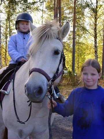 <b>Barneridning. </b>Heidi Volff Gravermoen fikk seg en ridetur på fjordingen Haugen, godt hjulpet av Marte Rasmussen. (Foto: Eli Bondlid Sund)