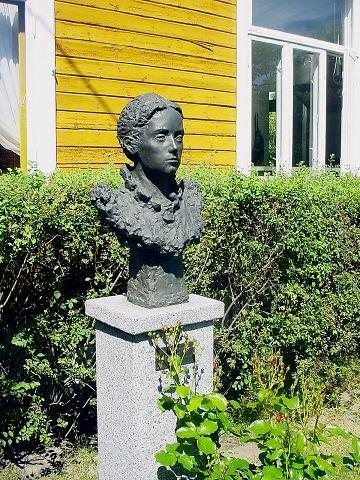 Agathe Backer Grøndahls byste står i hagen i Heimlibakken 11. Foto: Gunnar Pedersen.