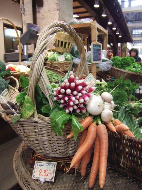 Grønnsaksgleden er stor i markedshallen ved Marché d'Aligre.