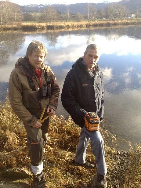 Egil Lund frå eit firma som leverer fiskesperrer og leiar i Etne elveeigarlag, Vidar Børretzen, var på synfaring langs og i Etnelva tysdag.