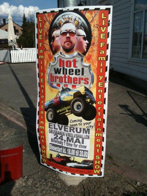 Hot Wheel Brothers turnèledelse forholder seg til leieavtalen de har inngått med Elverum fotball. Natt til torsdag begynte de å rigge opp utstyret til sitt stuntshow på grusbanen ved Rolvshallen.