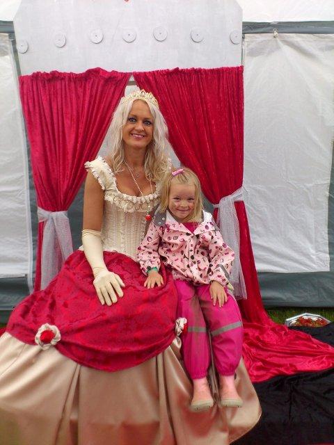 Frida Sollid fra Røyken fikk sitte ved siden av selveste Jordbærprinsessen, her i Siri Kitt Nævestads skikkelse.