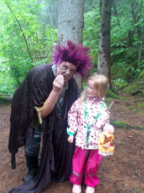Frida Sollid fra Røyken fikk møte selveste Trollmor i Trollskogen.  - Våte kongler er det beste jeg vet, sa trollet.   - Tørre kongler klør man i halsen av.