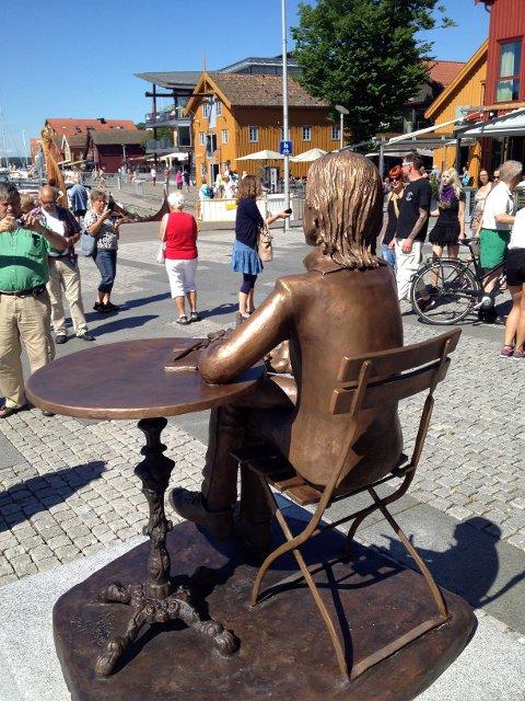 Statuen har utsikt mot Brygga.