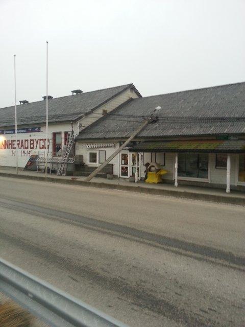 Lyktestolpe har veltet over bygning.