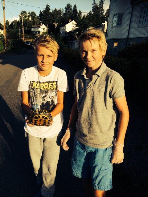 Niklas Paulsen (t.v.) og Sander Husemoen kom hjem fra fisketur med denne i sekken.