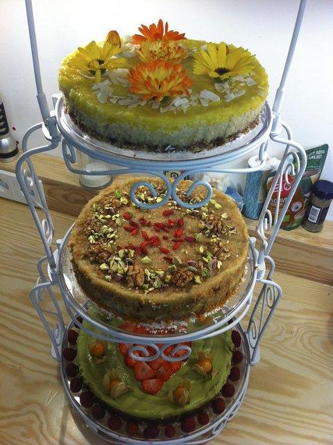 VEGANSK BRYLLUPSKAKE: Bruden ønsket seg en naturlig kake med mye farger, bær og spisbare blomster. Kaken er ikke stekt.  Foto: Privat