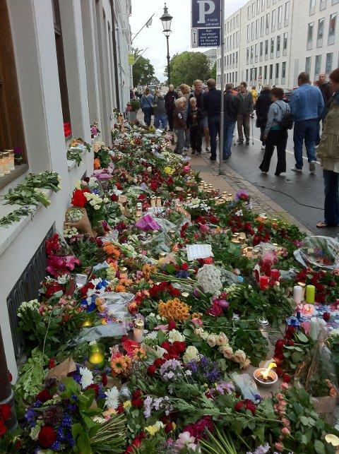 Blomster legges ned ved ambassaden i København.