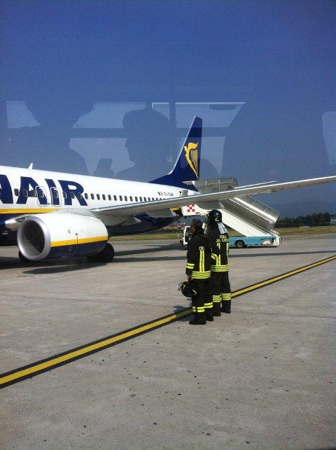 Dette Ryanair-flyet måtte nødlande da de fikk problemer med den ene motoren. Her er de på flyplassen i Milano.