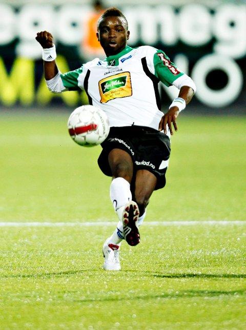 Umaru Bangura skifter fra hvitt og grønt til hvitt og blått.