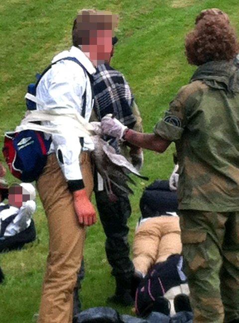 Bildet viser en Fraternitas-aspirant som får festet en død måke til kroppen med teip.