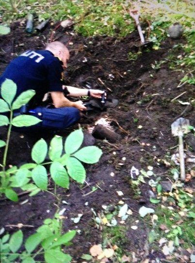 Politiets bombegruppe undersøker hva det var guttene fant.