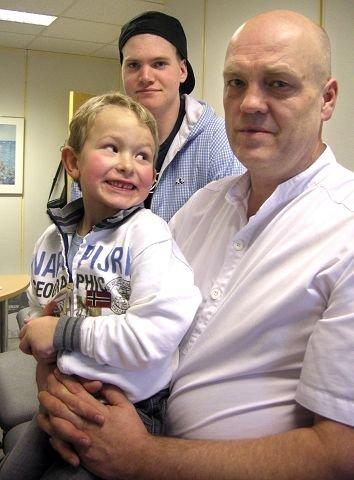 REDNINGSMANNTakket være manuellterapeut Bent Brask har Marius Simmenes (snart seks) og Marcus Eilertsen (snart 18) fått et nytt liv.  Foto: Randi Kristoffersen