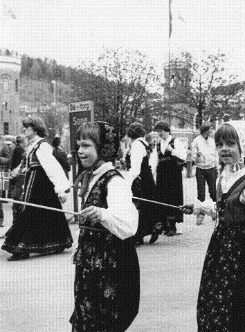 1977: Bunadstoget i Drammen. (FOTO: DT ARKIV)