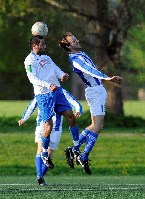 Her krangler Faramarz Nemati (t.v.) og Henrik Hougen om ballen. FOTO: RUNE FOLKEDAL