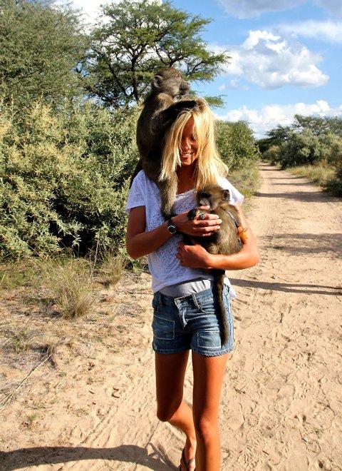 RESERVEMOR: – Med to bavianer jeg tok vare på etter at moren deres var skutt.