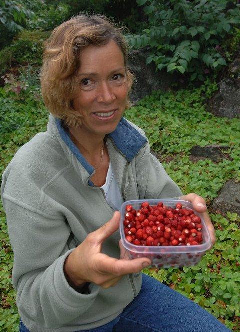 VIL HA SOL: Ellen Finne hos Fylkesmannen i Vestfold håper på varme sommerdager så bærene skal få en søt aroma.  Foto: Per Moe