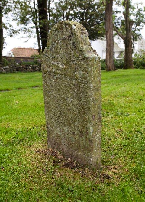 DEN ELDSTE GRAVEN: Med årene er skriften på gravsteinen blitt uleselig. Her er hvilestedet til en av de tyske sjømennene som omkom i forliset i 1743.