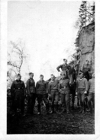 TYSKE SOLDATER: Bildet viser en gjeng tyske soldater samlet et eller annet sted på Seiersten våren 1940. Etter uniformene å dømme er det trolig snakk om en arbeidskommando.