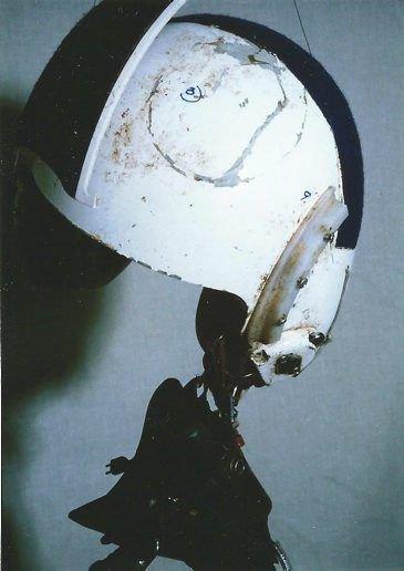 Hjelmen tok den tøffe støyten, da tranen krasjet i cockpitglasset og traff jagerpilot Morten Køpke.