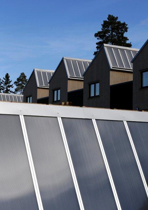 Hos OBOS-husene i Steinbråtlia blir solfangerne (14 m2 på hvert hus) hovedoppvarmingskilden, og dekker minst 60 prosent av energibruken.