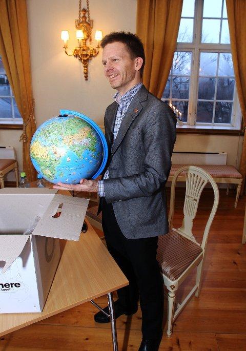Barnas Fredssenter kunne onsdag overrekke sin prosjektrapport til ordfører Tage Pettersen. Han fikk også en globus i gave.