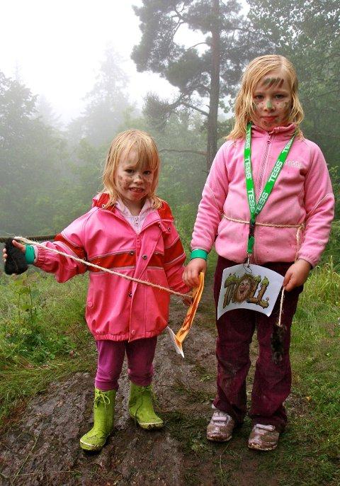 Trollskogen er forhekset, derfor er det viktig at alle som går inn dit, har på seg trollsminke og trollhale. Linea Jensen (4) og storesøster Selma Jensen (6) fra Konnerud holder godt fast på halene sine - for sikkerhets skyld.
