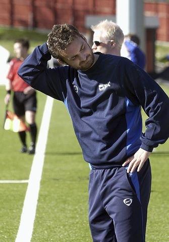 ALT SNUDD PÅ HODET. Drammen Fotballklubbs trener Håkon Grøttland hadde en god strategi som bortelag, men da DFK ble tvunget til å spille som et hjemmelag, ble alt plutselig så mye vanskeligere.  FOTO: ROY JOHNSEN
