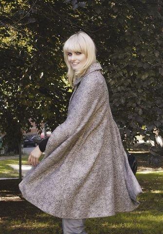 cc264dd5 MODERNE: Lang tweed-cape med mye volum. Ethvert antrekk blir moderne med  dette