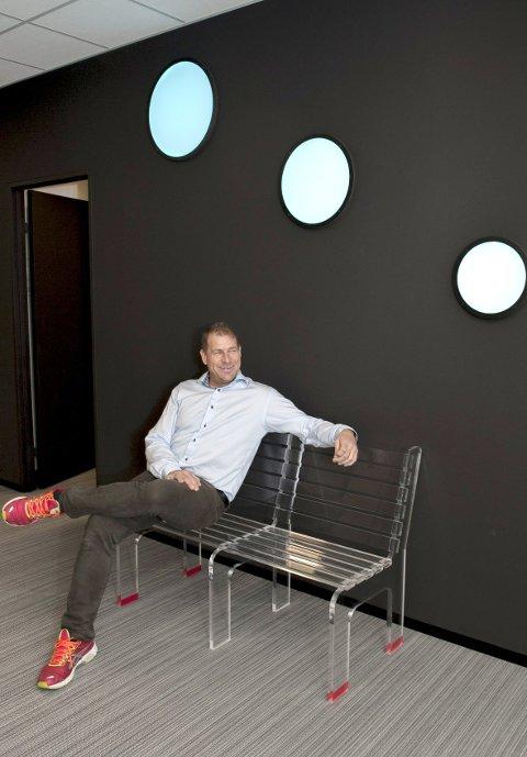 Skiller mellom jobb og hjem: Nils Stensvold trives godt i omgivelser med mye plast, men forsikrer at hjemmet hans ikke er innredet utelukkende med materialet han daglig jobber med.