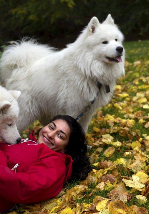 Shabana og hundene: Shabana Rehman har flyttet til Oppegård med mann og dyr. Hun er ofte å treffe på hundetur rundt Tussetjern og i Nøstvedtmarka, fjernt fra storbyens larm. Foto: Bjøn V. Sandness.