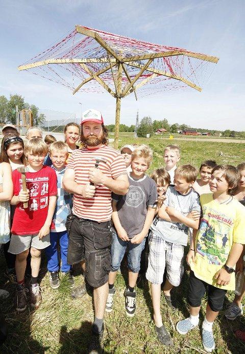 VEILEDER: Tv-kjendis Trond Slåke har hjulpet Solberg-elevene med å bygge kjempeparaplyen. FOTO: STIG PERSSON